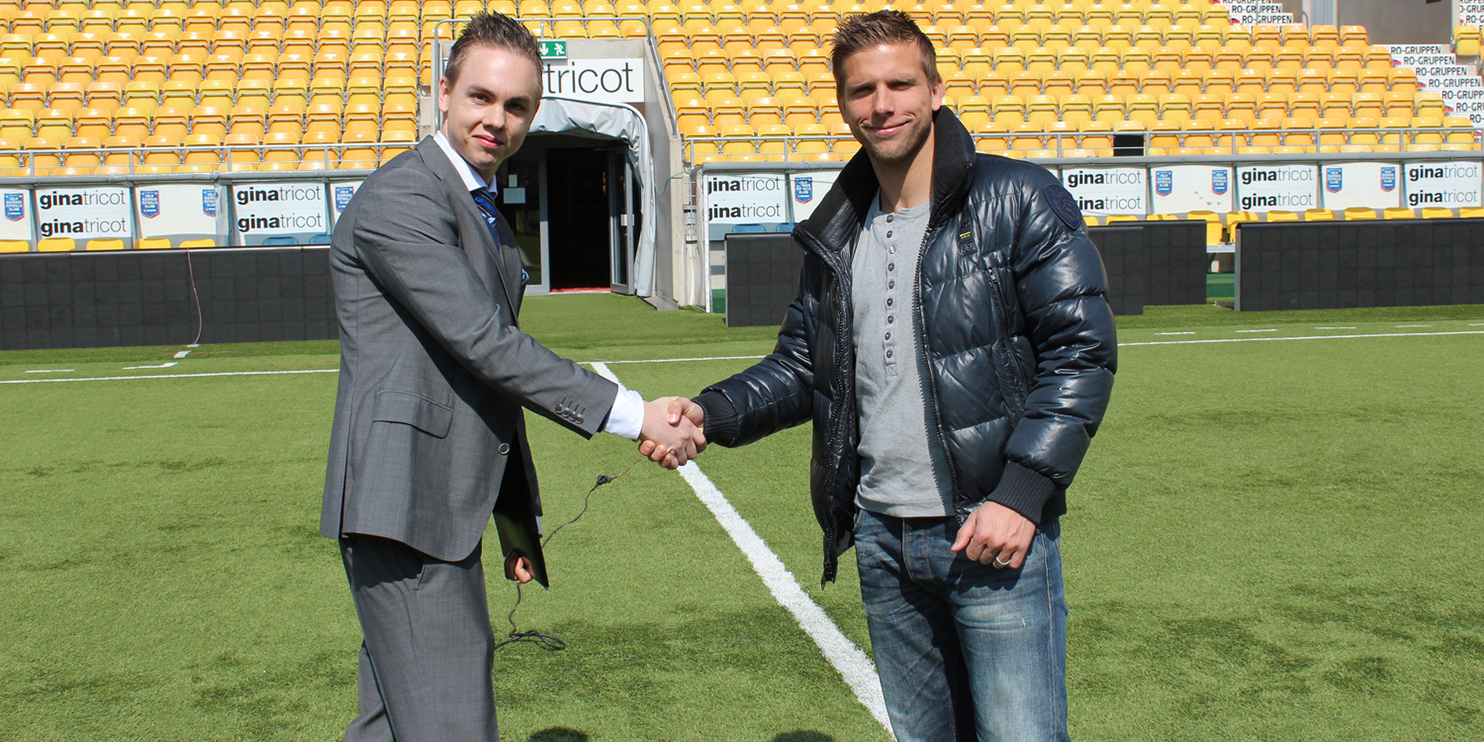 Tommy Mäkelä, som drivit tillgänglighetsprojekt tillsammans med IF Elfsborg, skakar hand med Anders Svensson på Borås Arena.